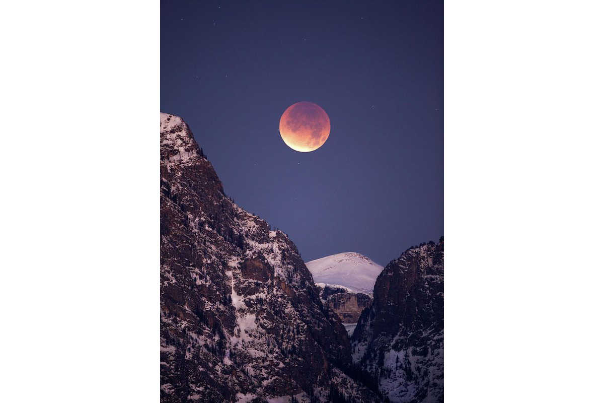 High alpine total lunar eclipse